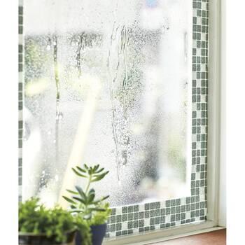 そして、冬の窓で気になる大きなお悩みといえば、結露問題も見逃せません。結露は、外気温とお部屋の温度との差によって発生するので、なかなか防ぐのはむずかしいのではないでしょうか。 結露はカビやの原因となったりするので、きちんと対策しておきたいところです。