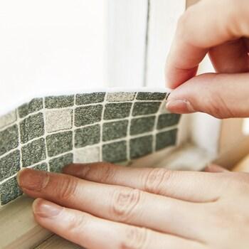 結露防止アイテムにはシートやフィルム、テープといくつか種類があって、窓全体に貼ったり、一部分だけに貼ったりして使用します。 テープは、貼るのも剥がすのも簡単で、窓全体を覆わないため、景観が気になるお家に向いています。 幅が狭くても水分をしっかり吸収し、シートそのものの乾きも早いのだそう。