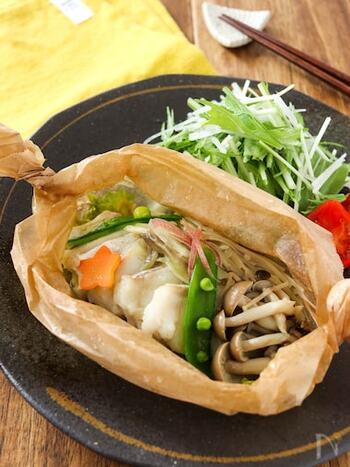 和食では、魚を紙に包んで焼く奉書焼きという料理が有名ですが、魚介を野菜などとともに紙包み焼き(蒸し)にするのもおすすめ。香りやうまみをとじ込めるので、味は本格的。クッキングシートを使って、電子レンジでも簡単にできます。