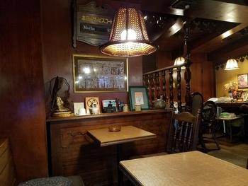 赤褐色の壁や、やや光沢のある家具は味があり、昭和レトロな雰囲気を作り出しています。そして、このお店にはBGMが流れていないので、静けさの中でじっくりコーヒーを堪能することができますよ。