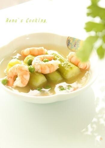 翡翠(ひすい)煮とは、冬瓜やなすなどを薄くむいて皮目の緑色を生かした料理。煮上がったさまが宝石の翡翠にしているから付いた名です。こちらは、きゅうりを使った翡翠煮。海老との色の組み合わせも淡くきれいですね。