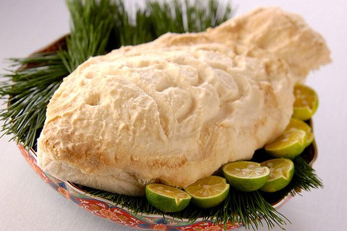 塩と卵白を混ぜたものでまるごとの鯛を包み、豪快に焼く塩釜焼き。お客様の目の前で塩のドームを割るエンターテインメント性も魅力です。辛そうに見えますが、中の鯛はいい塩加減に仕上がります。