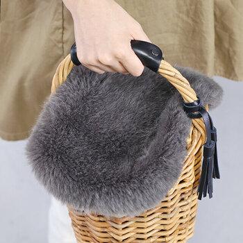 かごバッグの目隠しとして作られた、便利なファーカバー。専用なのでセットしやすく、荷物の取り出しもスムーズです。バスケットかごバッグに適したデザインで、瞬時にふわふわな秋冬仕様へとアップデートできちゃいます♪