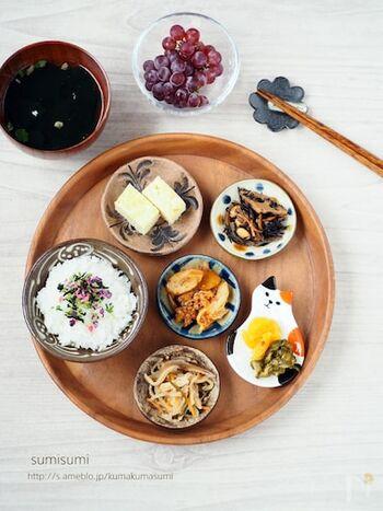 お泊りした友人などへの朝のおもてなしに、こんな豆皿のプレート料理はいかがでしょう。野菜や豆、海藻などのお惣菜を中心にヘルシーな献立で。気取らない優しさがいいですね。