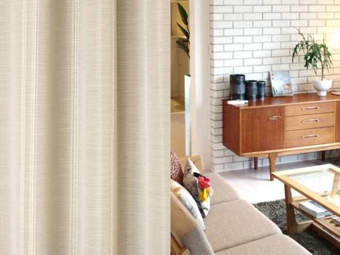 窓ガラスによって冷えた空気が床に広がり底冷えする、また、部屋の暖かな空気を外へ逃がす場所でもあります。そのため、そのため、部屋を暖かく保つためには、カーテンは必須アイテムです。  いろいろな素材のカーテンがありますが、断熱カーテンは、窓辺の熱の出入りを防いでくれます。夏は日差しをカットし、エアコンの節電に、冬は外からの冷気を遮断し、お部屋の暖かな空気をキープしてくれます。  また、UV対策として、また、点灯時の透け見え防止にもなる遮光カーテンも、生地の特性上、比較的保温効果も高いといわれています。