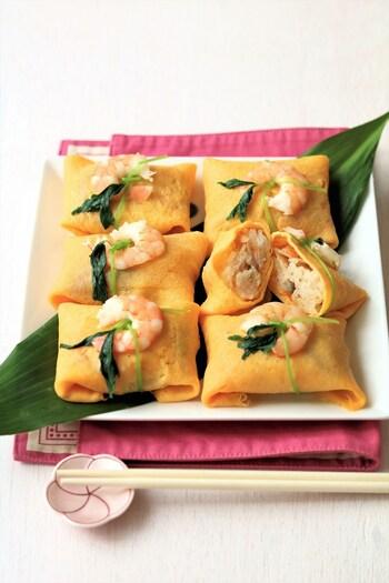 薄焼き卵で寿司飯を包むふくさ寿司は、たたむだけなので茶巾よりも簡単。初心者の方にもきれいにできます。薄焼き卵は、一度ザルで濾すときれいにできます。