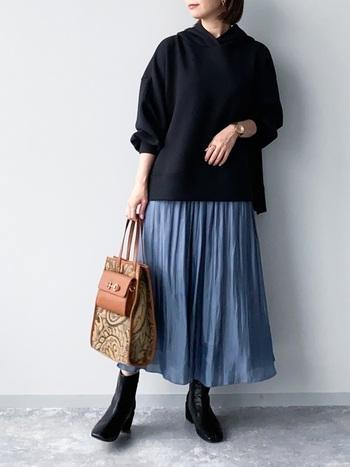 さらりとしたブルーのスカートが映える、黒のパーカー&ブーツの組み合わせ。小物のデザイン次第でコーデの雰囲気がガラリと変わります。あなたなら何を合わせますか?