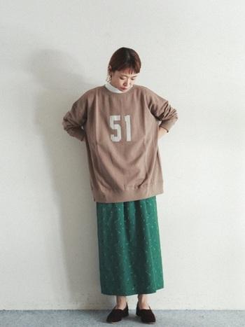 ロゴが可愛いらしいスウェットは、オーバーサイズ。ボトムにはあまり広がらないロングスカートに合わせてシルエットを整えましょう。