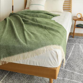 ブランケットや毛布の掛け方でも暖かさが変わることがあります。 ブランケットや毛布は布団の上からカバーするように掛けたほうが、布団の中の暖かな空気を逃さず保温効果が高まるのだそう。 また、直に触れるシーツ類をウールなど温もりを感じやすい冬素材に変えるのも◎  また、ベッド下に空間があると冷気がたまりやすくなります。 ベッド下全体にラグを敷いてもいいですし、足を下ろす場所にだけ小さなラグを敷くだけでもOK。 ルームシューズもお忘れなく。