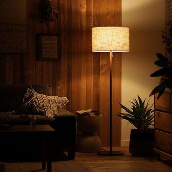 ファブリック×ウッド×真鍮の組み合わせと、無駄を削ぎ落として洗練されたデザインが目を引くフロアライトです。 約40㎝と大きめに設計されたシェイドが、灯りをほどよく和らげてくれるので、部屋全体にやさしい印象を与えます。