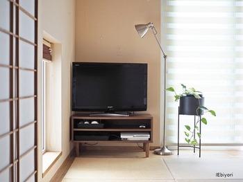 ごろんと横になったり、こたつを出してみたり。くつろぎ空間として利用しやすい和室ですが、インテリアに悩んでいるという方も多いのではないでしょうか。  こちらのお宅では、木のテレビ台とグリーンに、スチールのフロアライトを組み合わせてコーディネイトしています。 異素材同士の組み合わせですが、色味を抑えてシンプルなものを選べば、落ち着きのあるおしゃれな空間に。