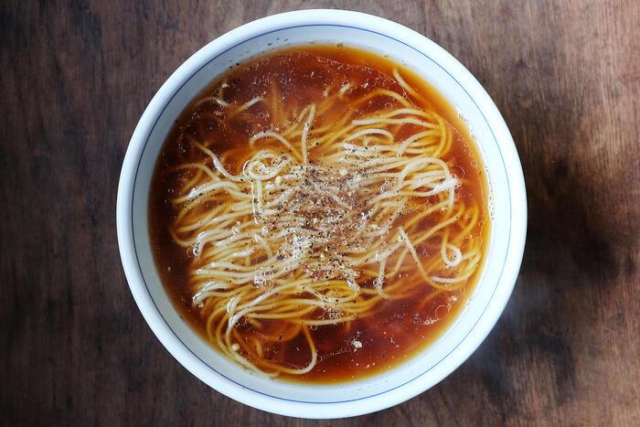 うどんは福岡県産の小麦粉を使い、ラーメン用の麺は独自に開発して作られているこだわりの麺です。コシの良さやスープとの辛みなど、生めん仕立てならではの味わいを楽しむことができます。 スープは無添加で出汁を複数組み合わせて奥深い味わいを実現しています。麺との相性をぜひ味わってください。