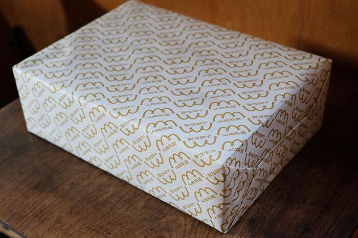 おうちで頼むなら紙箱のままでも良いけれど、気に入ってお友達にもおすすめしたいなら包装紙があるとうれしいですよね。オリジナル包装紙があるので、ギフトにも対応できます。おいしいお裾分けをする時に便利です。