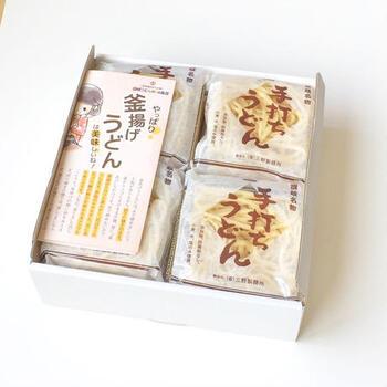 6袋、8袋、12袋のギフトセットもあります。紙箱の外側には素朴な包装紙で包まれているので、そのまま贈り物にも大丈夫です。ダシ付きと無しと選ぶことができますが、香川の味を楽しみたいなら、ダシ付きがおすすめです。小豆島で醸造された醤油にかつお節としいたけ、昆布のお出汁が効いています。