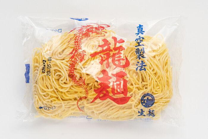 滑らかですっきりとした口当たりは、どんなスープにも合う中華麺の王道です。伸びにくく、滑らかな面は小麦と水を練る際に真空状態を作ることによって生まれるとか。これからの季節はお鍋の締めにもぴったりの中華麺です。