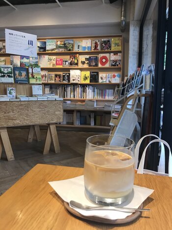 店内には「WEEKENDERS COFFEE All Right(ウィークエンダーズコーヒー オール ライト)」というカフェが併設。京都の自家焙煎専門店「WEEKENDERS COFFEE」の豆で淹れるコーヒーの深い味わいを堪能しながら、買ったばかりの本を読む…そんなひとときも良いですね。