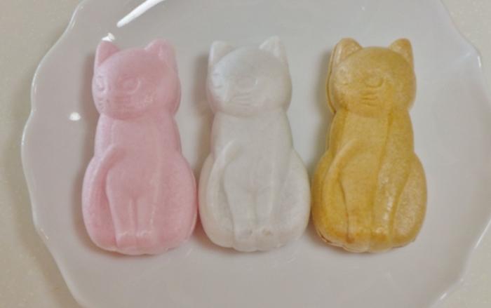 1935年創業の和菓子店「梅花亭 神楽坂本店」を訪れたら、ぜひ食べたいのが「神楽坂福来猫もなか」。神楽坂の路地裏や黒塀の上にいる猫をモチーフにした最中で、4種類それぞれに名前がついているんですよ。  白猫の「くる」はこしあん入り、ピンクの猫「ふく」には白あん入り、三毛猫の「あずき」には粒あん入り、黒猫の「たけ」には黒糖あん入り。愛らしい姿は食べるのがもったいないほど。