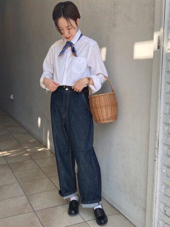 春らしく爽やかな白シャツ×デニムコーデ。アクセントに効かせたかごバッグと首元のスカーフが、シンプルカジュアルを格上げしています。かごバッグの素材がしっかりしているから、洗練度もアップ!