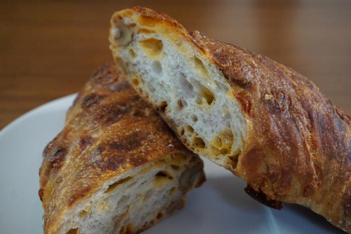 甘いパンからお惣菜系まで、種類が豊富なのが魅力。焼きたての香りに誘われて、ついつい立ち寄りたくなるお店です。