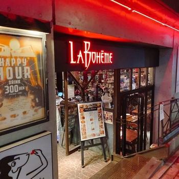 海外のような雰囲気が麻布らしい「Cafe La Boheme(カフェ ラ・ボエム)」は、「きみちゃん像」のすぐそばにあります。カジュアルにお食事を楽しみたい日におすすめですよ。