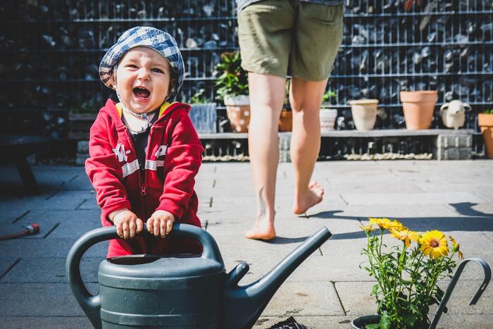 お花の水やりは、ただお水をかけるだけなので、小さな子供でもできるお手伝いです。寝起きが悪い子供にお願いしてみるとコロッと気持ちを切り替えてくれます。朝、太陽の光を浴びることで体内時計も整うのでいいことづくめ。