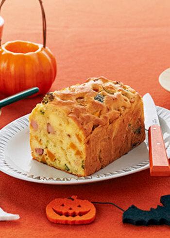 こちらもレンジで柔らかくしたかぼちゃを使ったレシピ。ベーコンや玉ねぎ等をフライパンでじっくり痛めたものにホットケーキミックス、柔らかくしたかぼちゃを加えてオーブンで焼くだけ。ホットケーキミックスを使うので失敗なしの簡単ケークサレです。