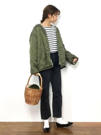 落ち着いたカラートーンが増える冬のコーデ。ベージュ系のバスケットかごバッグで、派手すぎない明るさをプラスしてみて。バッグの中にカーキの巾着を入れて、アウターと色合わせしているのが統一感のポイントです。
