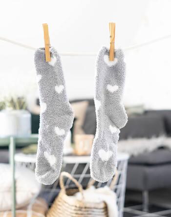 洗濯バサミを付けたり外したりする作業は、手先の器用さの発達を促してくれますよ。付けるのは難しいですが、外す作業は簡単で、2~3歳からお手伝いすることができます。