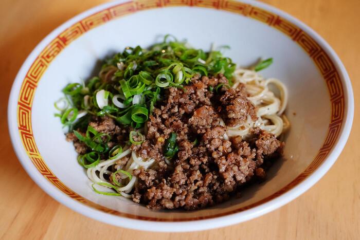 太麺は焼きそばやチャンポン、つけ麺にぴったりの太さの中華麺です。福岡県産の小麦粉の「ラー麦」を使用して、ラーメンに合う弾力や食感を実現しています。スープはないので、自分でアレンジして楽しみます。
