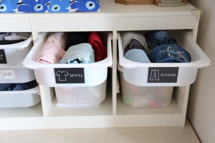 どこにどの服を収納すればいいのかが一目で分かったら、子供でも服を仕舞うことが出来ます。出し入れが簡単だと、自力で着替えも出来て◎。引き出しなどにカードを貼って中身が何かわかる目印を作ってみてくださいね。