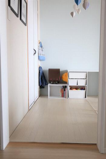 子供が玄関に、保育園や幼稚園のバッグやランドセルを置きっぱなしにして困っていませんか。帰宅時の動線を考え、子供が置きやすい高さと場所にスペースを作れば、置いてくれるようになります。