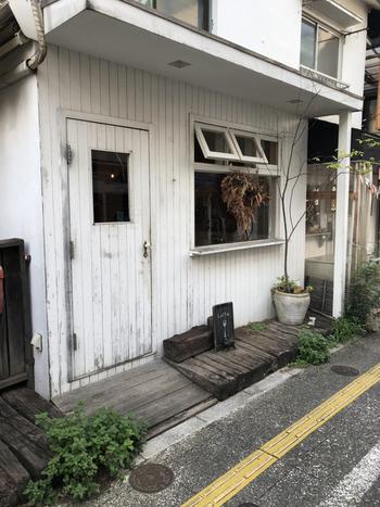 商店街の南側にある「Cafe Lotta(カフェ・ロッタ)」はアンティーク調の外観がステキなカフェ。店内もアンティーク家具が多く使用され、オーナーのセンスが光ります。