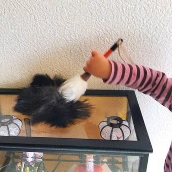 子供用の小さなハンディークリーナーがあれば、親が掃除をしてるときに「自分もー!」と真似っこしてお掃除のお手伝いをしてくれます。他には、粘着テープがついたコロコロも熱中してくれて、おもちゃ代わりになるお掃除アイテムです。