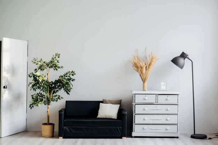 例えば、ソファに座った時に使う物はすぐ横の収納スペースにしまうなど、手が届く場所にしまえるレイアウトを考えてみましょう。使う場所と収納場所の距離が近いほど、片付けが楽になるので散らかる心配がなくなります。