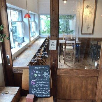 駅前の商業施設「松陰PLAT」の2階にある「タビラコ」。松陰PLATができる前から、この場所にお店を構えていて2016年にリニューアルオープンしました。木の温もりが感じられる店内は、ほっこり癒される空間。入口から見える額に入った絵は、花や動物の絵が人気の画家・山口一郎さんによるもの。