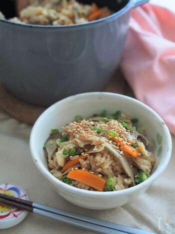 根菜をたっぷりと使った彩りもきれいな炊き込みご飯。具だくさんなので食感も楽しいレシピです。 炊くときに使用する切り昆布は、切って混ぜても美味しいのだそう♪