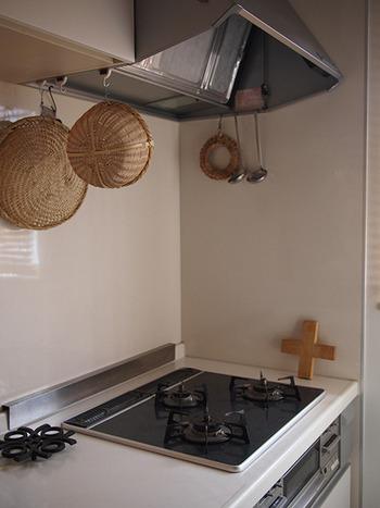キッチン周りの油汚れは、重曹が得意な酸性の汚れのひとつ。コンロや五徳、換気扇とフィルター、電子レンジなど、さまざまな場所の油汚れに効果的です。