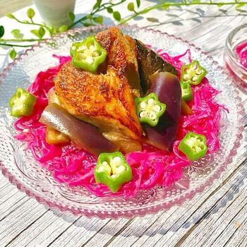 タンドリー風の鯖とナスを黒酢につけこんだ、豪華な一品。タンドリー風の鯖の味付けにはヨーグルトを使っています。なすはアク取りして冷凍しておくことで味が染み込みやすくなるため、生のままでも◎意外と時短で作れるレシピです。