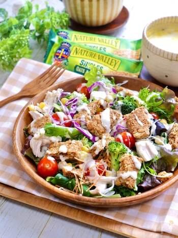 ヨーグルトを使ったドレッシングで、おいしくサラダをいただくレシピ。野菜やささみなどをたっぷり使えばボリュームも栄養もばっちり。まろやかな酸味のヨーグルトドレッシングはどんな具材とも好相性です。