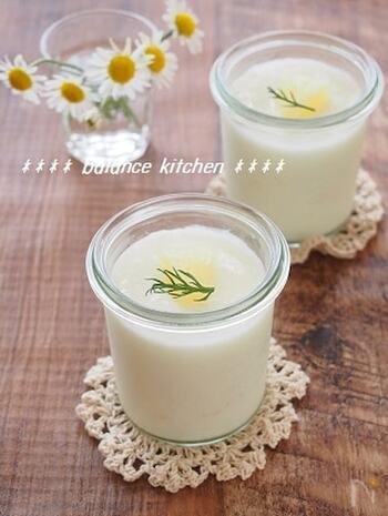 生クリームを使わないのでとってもヘルシーに仕上がるヨーグルトババロアのレシピです。スキムミルクがあればコクのある味わいに♪短い時間でパパっと作れるおやつです。