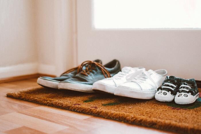 重曹を消臭剤代わりに使うのもおすすめです。瓶などに入れて、靴箱やクローゼットなどに置いておけば、気になる臭いもすっきり!使わなくなった靴下に重曹を詰め、それを靴の中に入れれば、靴の脱臭剤に早変わりしますよ。