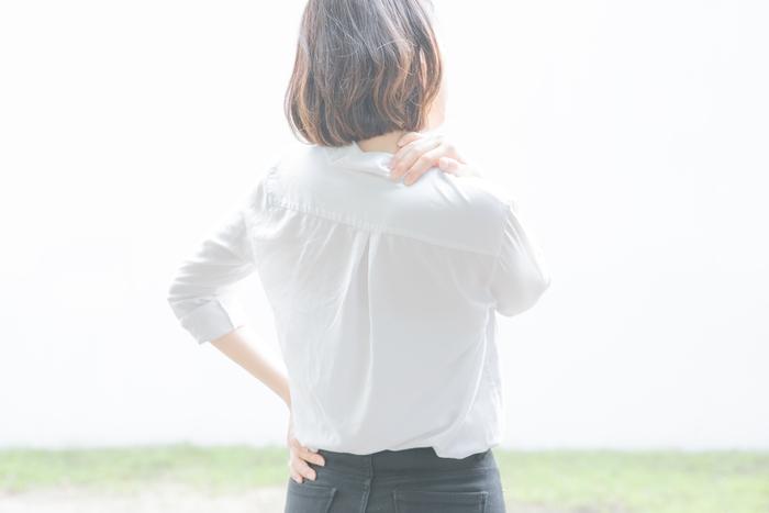 「凝り」の多くの原因は、姿勢不良や代謝が悪いことによる老廃物の凝り固まり。ヨガでは日常生活で使わないような筋肉も心地よく動かしていきます。そのため凝り固まった首や肩まわりも、じんわりとほぐれていきます。座ったまま・寝たままでもできるポーズがたくさんあるので、隙間時間を使って習慣化していきたいですね。