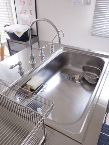 家庭内のアルカリ性の汚れと言えば、水垢でしょう。キッチン、洗面台、お風呂など、水を使う場所では避けては通れない汚れです。