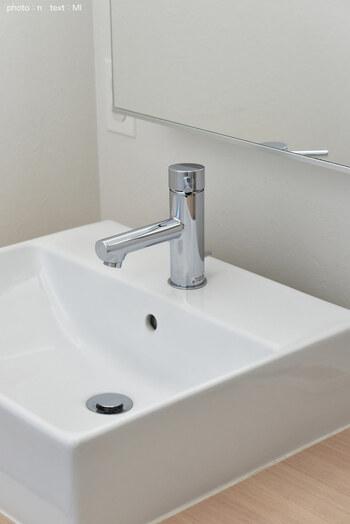 スプレーで落ちない水垢は、クエン酸パックで。鏡のうろこ取りにもおすすめの方法です。キッチンペーパーにクエン酸をスプレーして、気になる部分に密着させます。しばらく放置して磨けば、水垢が落ちやすくなっているでしょう。