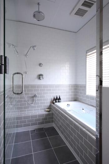 お風呂には、重曹が得意な「皮脂汚れ」とクエン酸が得意な「水垢」の両方の汚れが存在します。それぞれの汚れを効果的に落とせるよう、重曹とクエン酸の併せ使いがおすすめです。