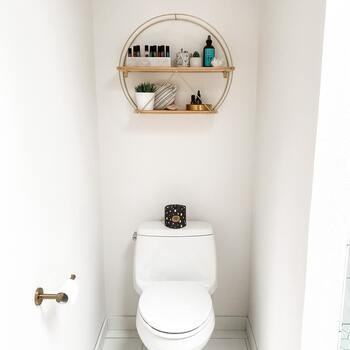トイレ掃除にはクエン酸とご紹介しましたが、重曹も合わせて使うとよりきれいに掃除できます。重曹はカビを抑える働きがあるので、トイレ掃除の仕上げに使ってみてください。