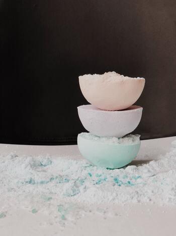 重曹とクエン酸で炭酸ガスが発生する仕組みを利用すれば、バスボムを手作りすることも可能です。エッセンシャルオイルや食用色素を使えば、好みの香りや色のバスボムを作ることができますよ。