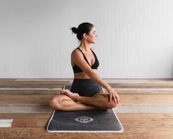 ヨガのポーズには、それぞれに効果が期待できます。たとえば「捻りのポーズ」は、深い呼吸とあわせて行うことで内臓機能を高める効果(他にもウエストを引き締める・背骨を整えるなど)が期待できます。腸内環境を整えることは、便秘を解消するだけなく、自律神経を整えたり免疫力UPにもつながります。
