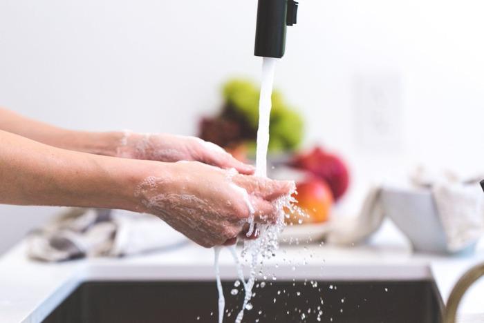 ホコリと同じくらい厄介なのが、水回りに付きやすい水垢やカビ。こびりついてしまった汚れは落とすのに時間がかかるので、使用後や一日の終わりに水気をよく拭き取りましょう。習慣になると気持ちまでサッパリしますよ。