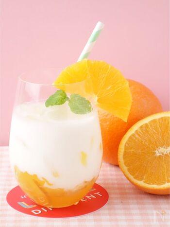 ヨーグルトベースにオレンジゼリーやママレードを加えてデザート感覚で頂けるラッシー。見た目にも鮮やかなので、おもてなしにもおすすめです。オレンジが手に入らなければ、お好みのフルーツでアレンジしてもいいですね。
